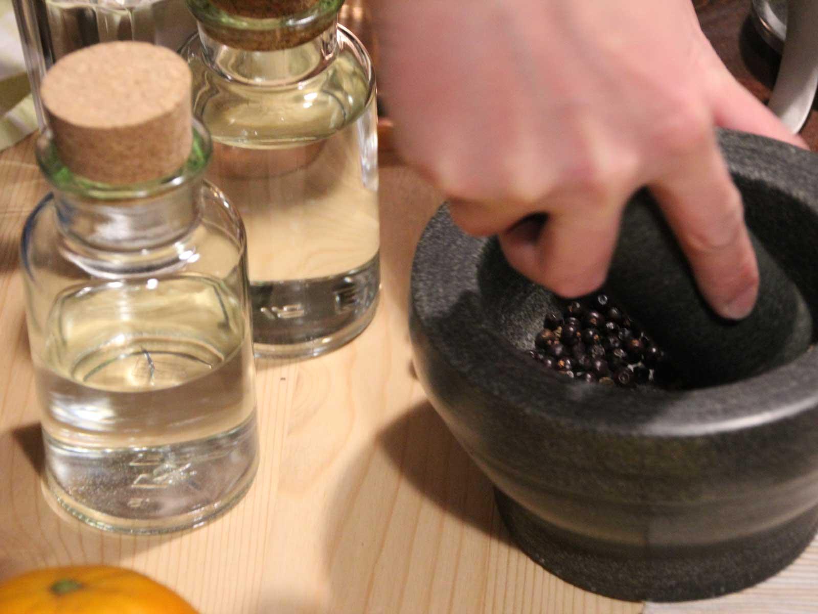 BRENNLUST | Beim Gin-Brennen müssen die Wacholderbeeren zunächste zerdrükt werden