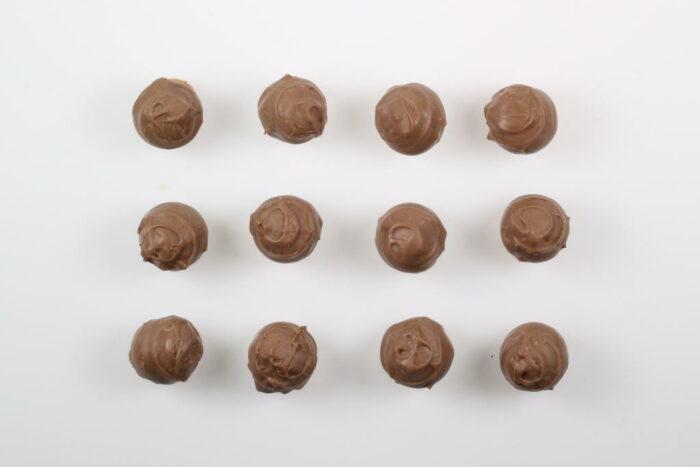 12 Stück Brennlust Trüffel mit Destillaten: Vollmilch Schokolade gefüllt mit Zwetschgen Brand