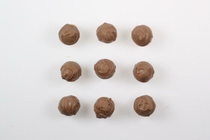 9 Stück Brennlust Trüffel mit Destillaten: Vollmilch Schokolade gefüllt mit Zwetschgen Brand